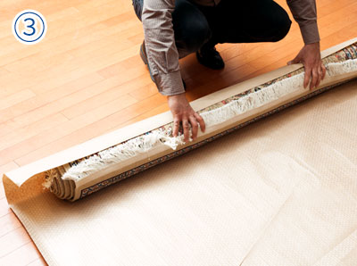 包装紙の端に置き一緒に丸める
